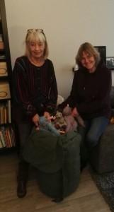 Carla en Edith brengen de dieren naar Jamillah